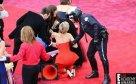 Jennifer Lawrence tropiezo en la alfombra roja.